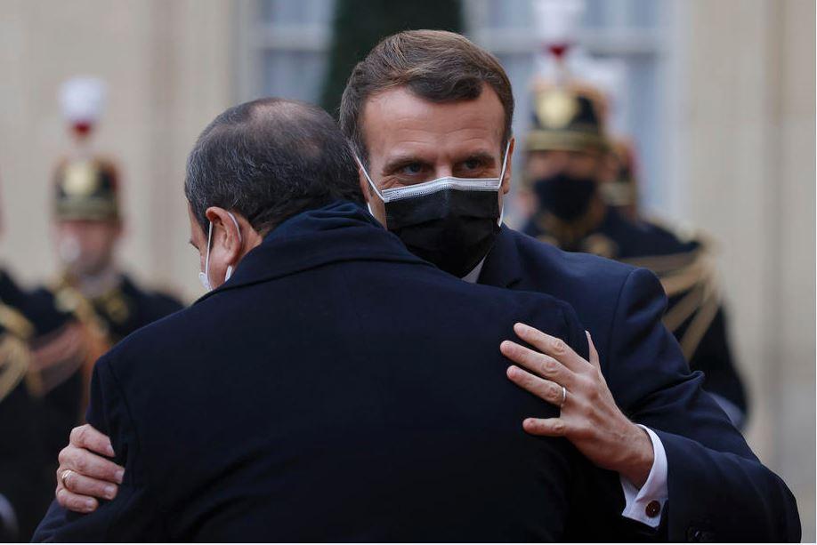 السيسي لقي ترحيبا حارا من نظيره الفرنسي في زيارة الدولة الحالية التي يقوم بها لفرنسا (الأوروبية)