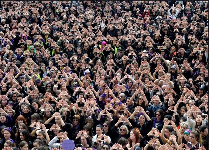 مظاهرة نسوية سابقة في إسبانيا في اليوم العالمي للمرأة (رويترز)<br />