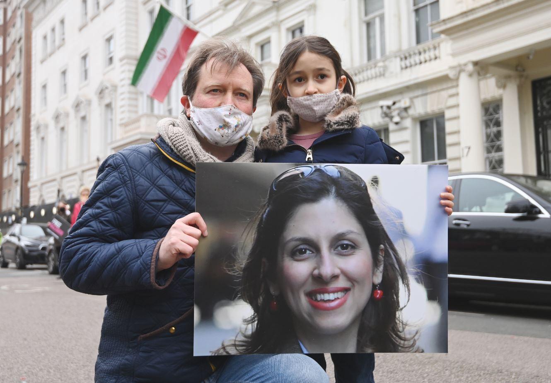 راتكليف مع ابنته غابرييلا البالغة ست سنوات في تجمّع داعم لزوجته أمام سفارة إيران في لندن (الأوربية)