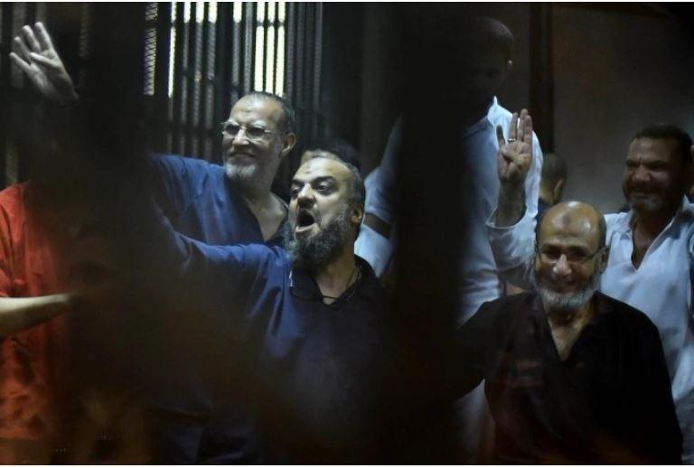 من اليمين: حجازي والبلتاجي والعريان حكم عليهم بالإعدام شنقا إلى جانب آخرين  (الأناضول)<br />