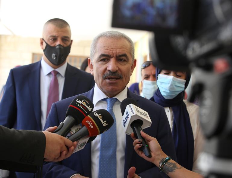 اللجنة سلمت تقريرها النهائي إلى رئيس الحكومة الفلسطينية محمد اشتية (الأناضول)