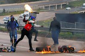 Supporters of President Jacob Zuma block the freeway in Peacevale [Reuters]