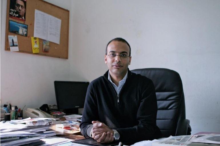 صورة أرشيفية للصحفي والحقوقي حسام بهجت في مكتبه بالمبادرة المصرية للحقوق الشخصية (رويترز)<br />